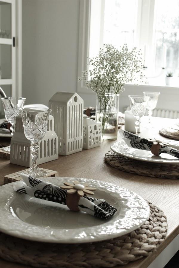 servettringar av trä, blomma som servettring, dukning i vitt, inspiration dukning, lastpall, glasunderlägg, bast, underlägg för tallrikar, vita tallrikar, dukningstips,