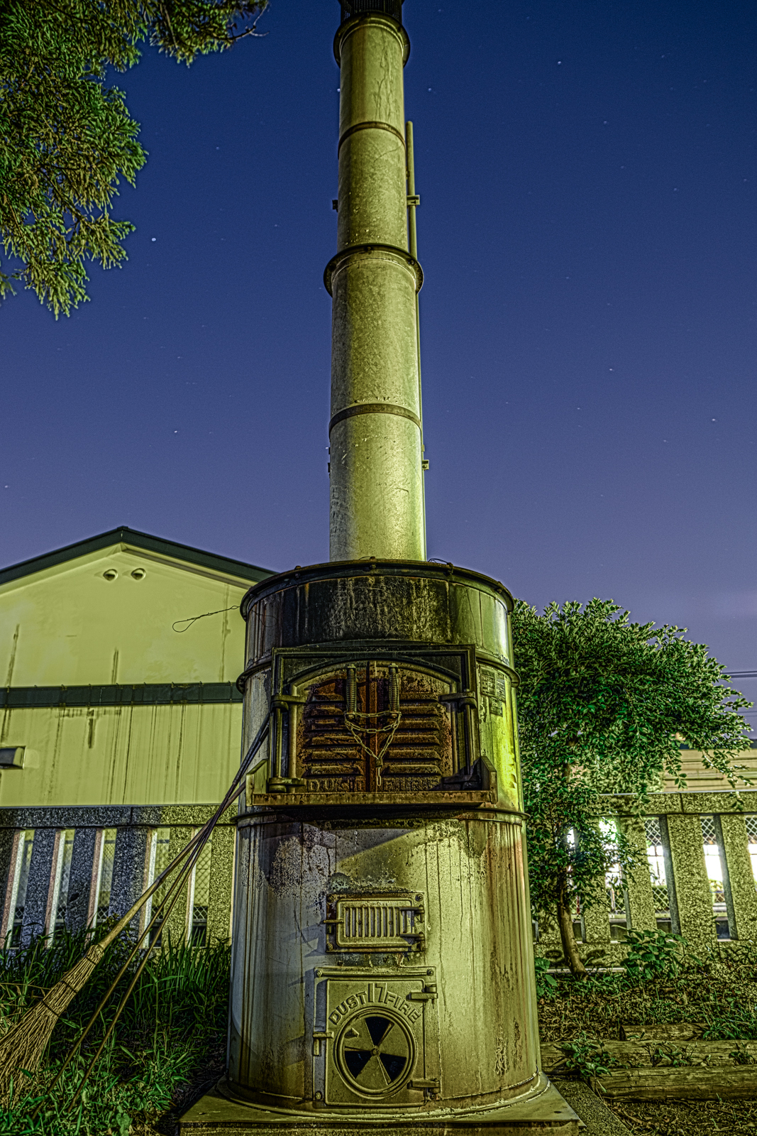夜に撮影した焼却炉をHDR写真