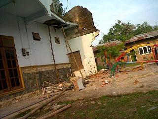 Guru Mengaji Ditemukan Tewas Tertimpa Reruntuhan Tembok