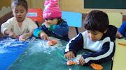 Los niños y niñas suelen buscar lugares o rincones para jugar sin ser . ilustracion de ninos jugando en el aula