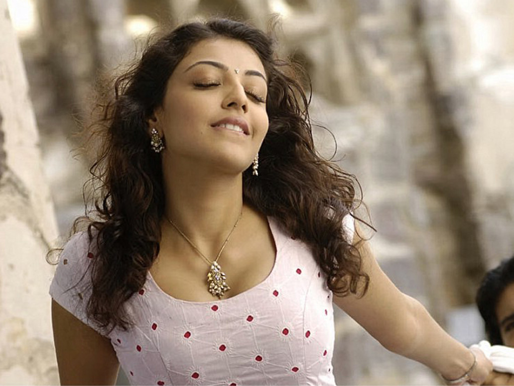 kajal agarwal in magadheera movie hot deeep cleavage show hq picz