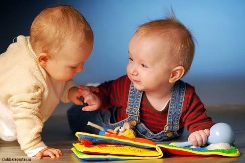 Photo de deux bébés qui jouent