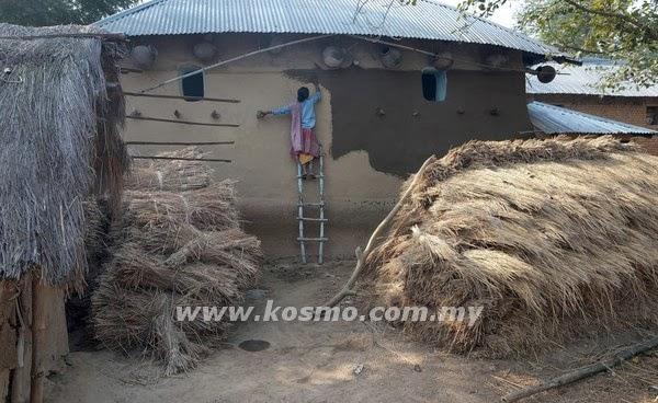 SEORANG lelaki menampal dinding rumahnya dengan najis lembu di kampung Subalpur, India semalam.