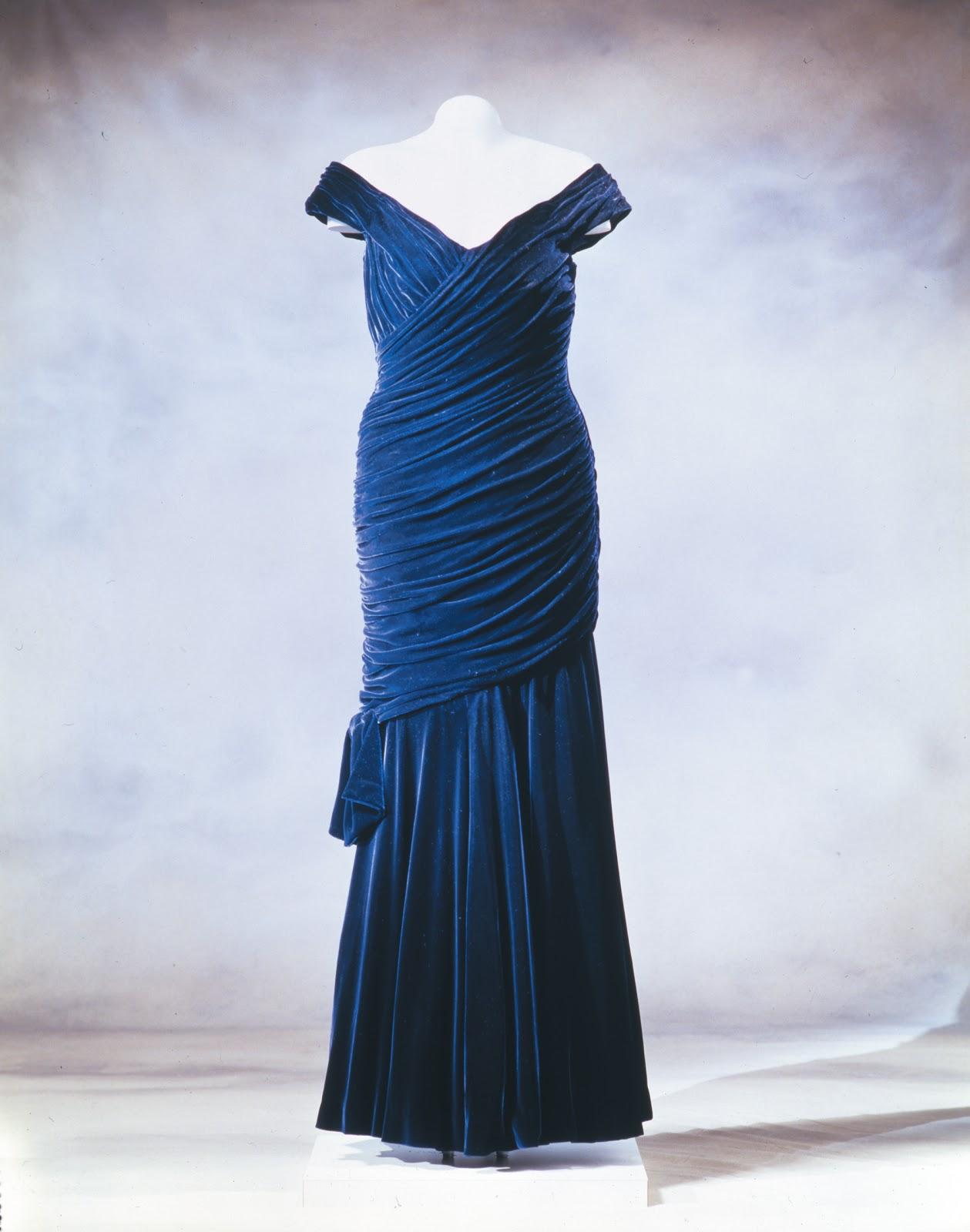 http://3.bp.blogspot.com/-iMJojc66KKY/T6AzfkIESLI/AAAAAAAABe8/mSKcg_EUsPI/s1600/Princess+Di%27s+blue+dress.jpg