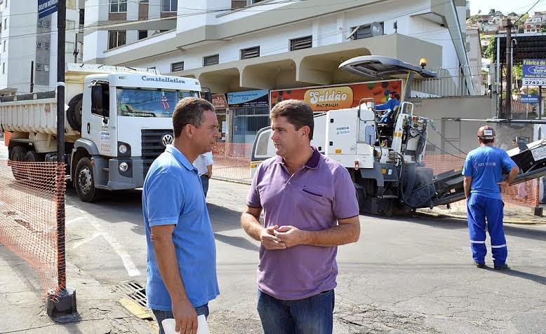 Prefeito Arlei e Secretário de Fiscalização de Obras Públicas, Carlos Antônio Lopes, acompanham obra de recapeamento da Av. Delfim Moreira