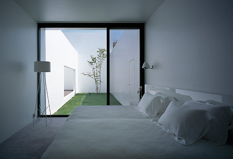 Casa diseños de casas interiores y exteriores : House, una casa minimalista con cinco patios, del estudio Baqueratta