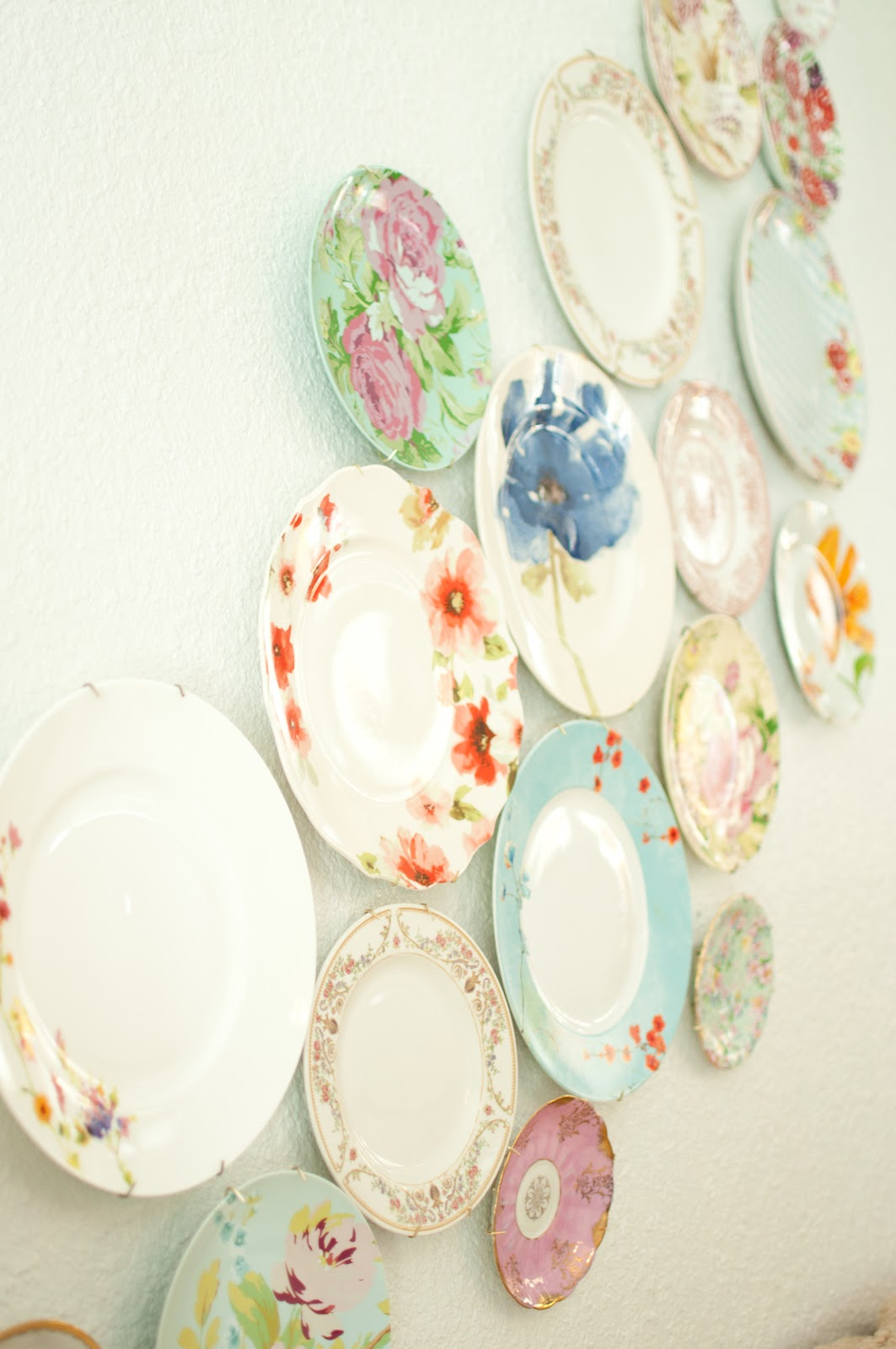 domestic fashionista decorating with plates