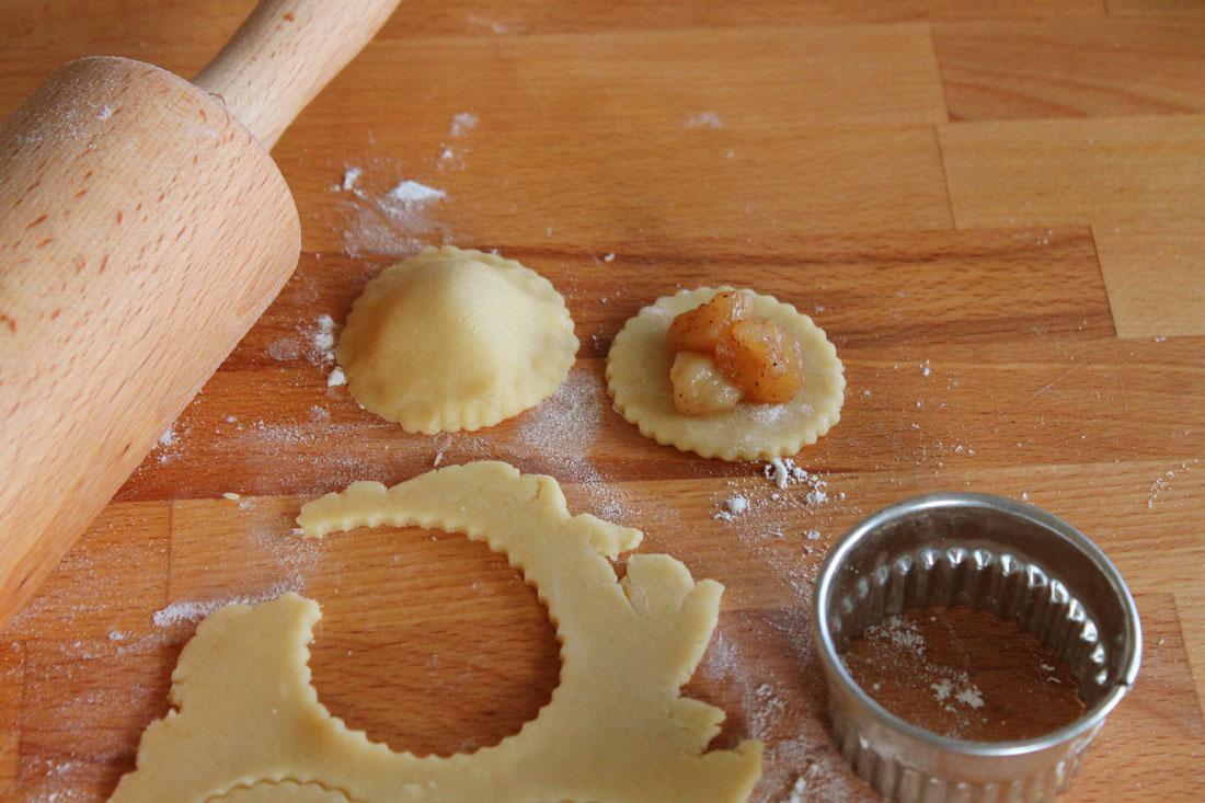Biscotti ripieni con mele e cannella