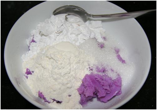Sau khi nấu, cho khoai mỡ vào bát. Tiếp đến cho bột năng, bột mì cùng đường cát vào
