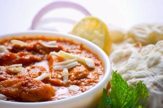 fromage indien (paneer) mariné aux épices et légumes, en sauce
