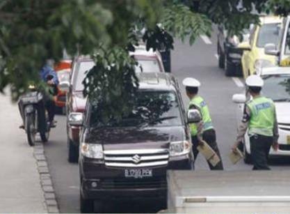 ( Pic ) Gokil, Ketika Polisi Berhadapan Dengan Pengendara Motor Edan!