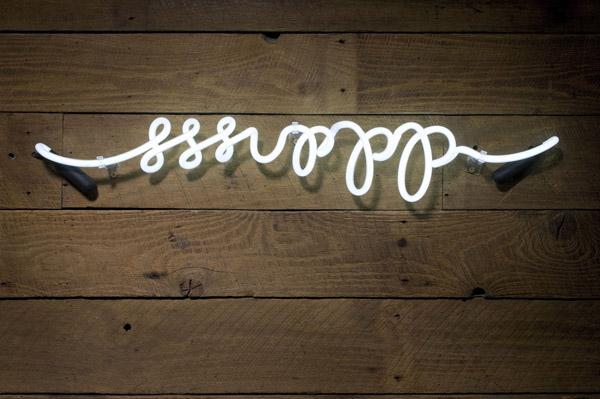 letras de neon sobre madera -bodega de vinos pequeña