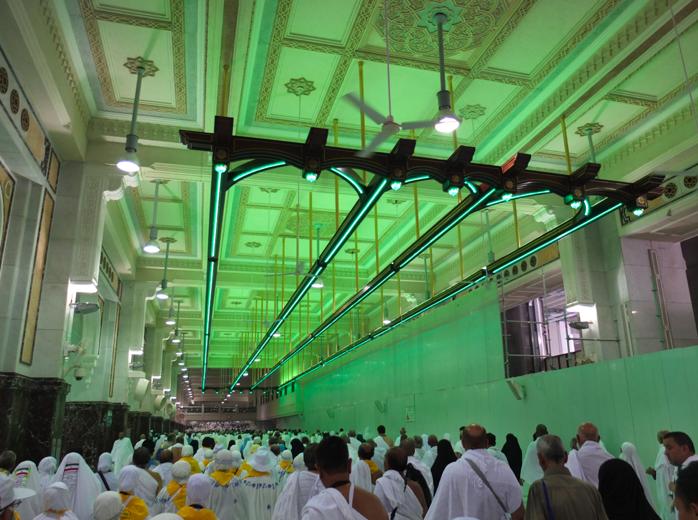 Dibawah Neon berwarna hijau