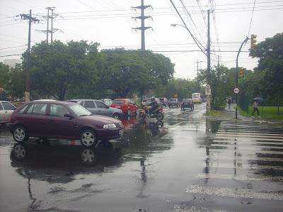 Trânsito em Porto Alegre: veículos congestionam cruzamento entre a Avenida Ipiranga com a Rua Ramiro Barcelos em manhã chuvosa.