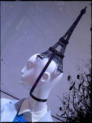 Schaufensterpuppe mit Eiffelturm auf dem Kopf