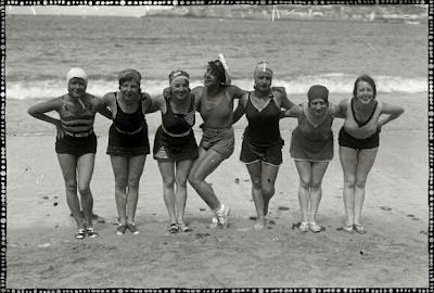 foto antigua de grupo de mujeres bañistas en playa san sebastian
