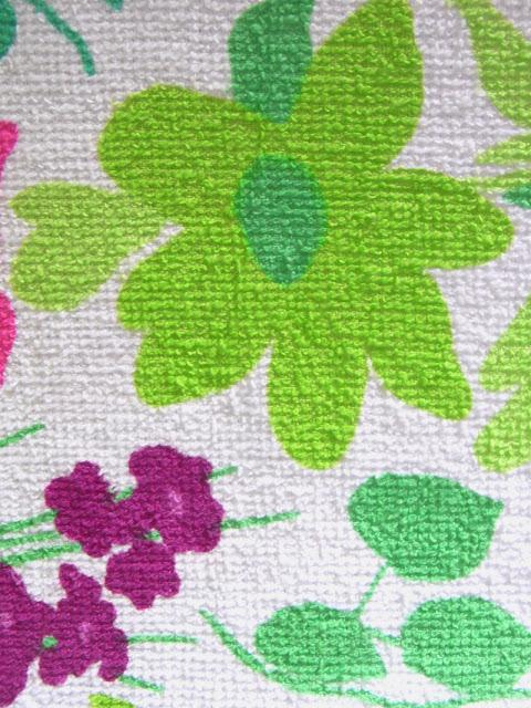 Stoff Vintage aus Frottee 60er 70er Jahre Blumenwiese lila pink grün auf weißem Grund
