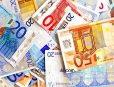 soñando con el ingreso de un montón de billetes de euro en el cajero automático