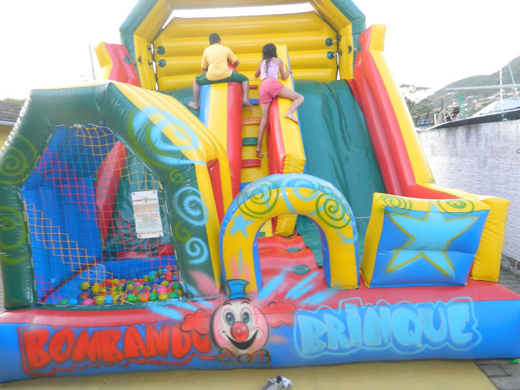 Tobogã inflável com duas saídas e bolinhas