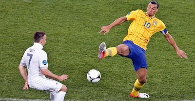 A seleção francesa perde para a já desclassificada Suécia, mas mesmo assim se classifica para as quartas-de-final da Eurocopa