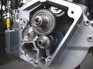 Koomponen sepeda motor juga memanfaatkan konsep rodan dan poros