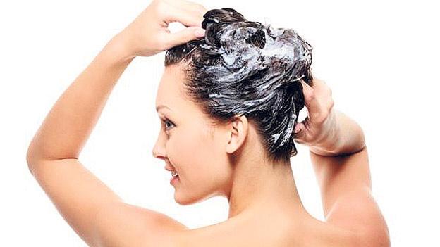 El medio antes del enderezamiento de los cabello