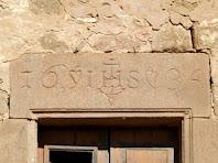 Inscripció amb la data de 1634 a la llinda d'una de les finestres del Prat