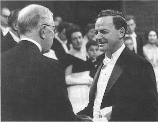 Richard Feynman recogiendo su Premio Nobel de manos del rey Gustavo VI de Suecia