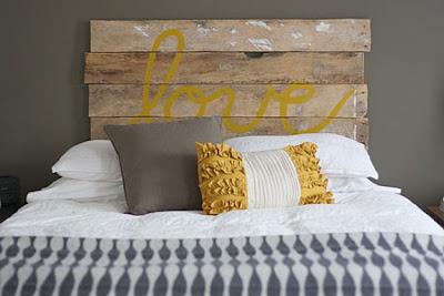 Cabecera de cama hecha con palets de madera