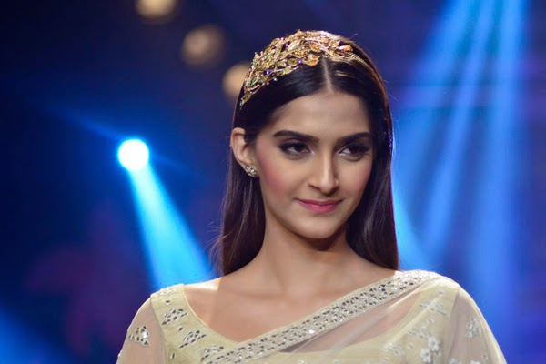 Sonam Kapoor and Bipasha Basu walked the ramp at iijw 2014