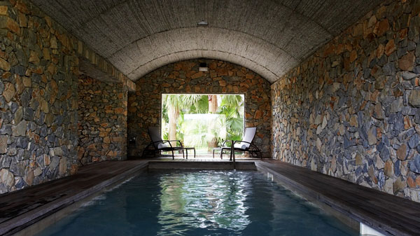 zona de spa con muros de piedra