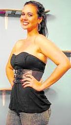 Lucía Oxenford de negro y con cabello recogido