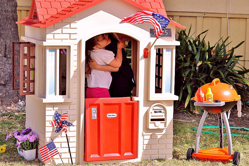 Little Tikes Cape Cottage Playhouse and Sizzle 'N Serve Grill