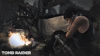 Screen z Tomb Raider: zziębnięta Lara Croft przy ognisku