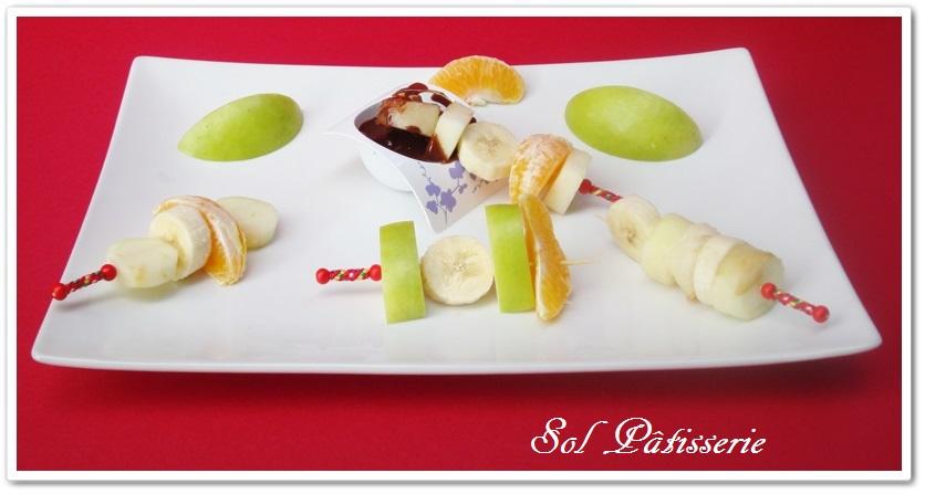 Brochette de frutas com calda de chocolate