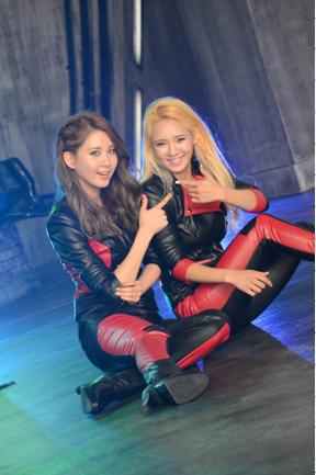 (PIC) Seohyun y Hyoyeon Flower Power BTS 121124snsd