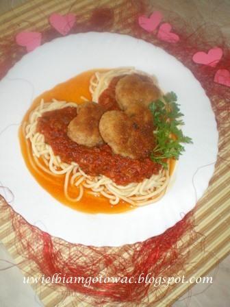 Walentynkowe spaghetti z mięsnymi serduszkami