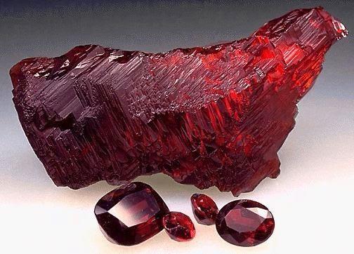 червен скъпоценен камък
