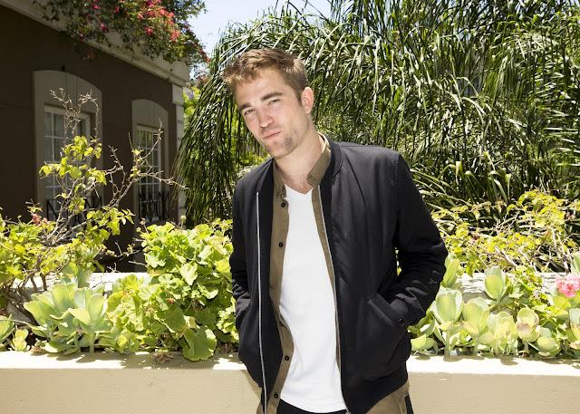 22 Junio - Nuevos Retratos de Rob durante la promo de The Rover, al aire libre!!! THEROVERPROMOPORTRAITSOUTDOORS__3_