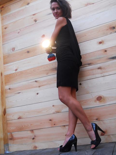 mała czarna z dekoltem na plecach, sukienki, elegancka sukienka 2012