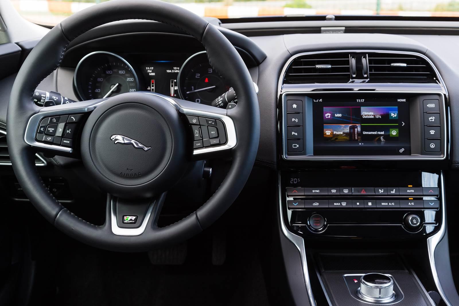 Jaguar XE - interior - painel