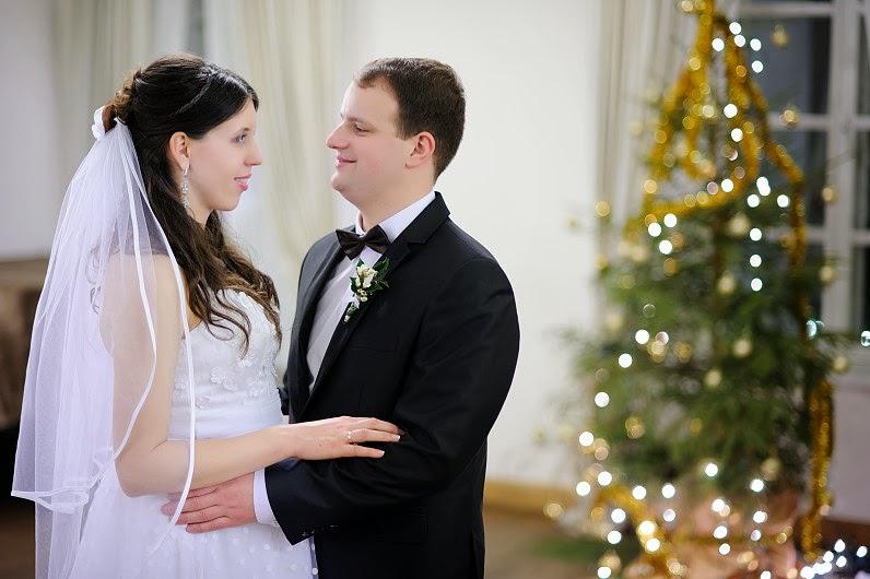 vestuvių fotosesija prie kalėdinės eglutės
