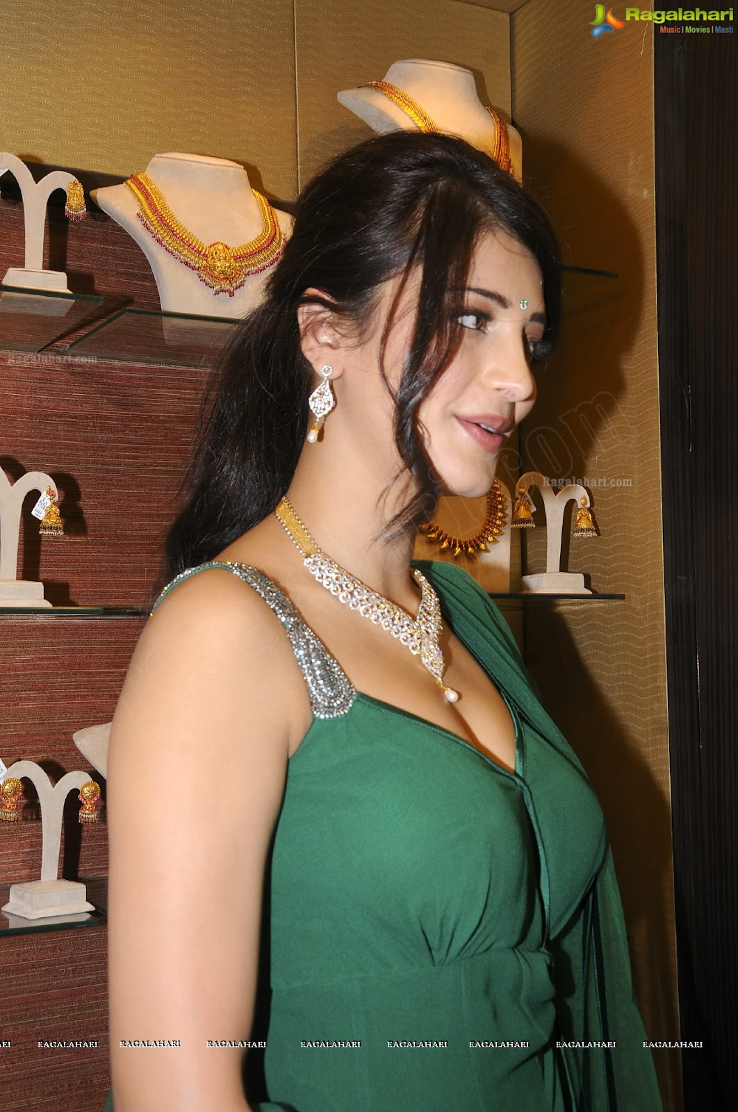 shruti hassan green sleveless suit  -  Sruti Hassan in a Green Sleevless Dress-HOT PICS