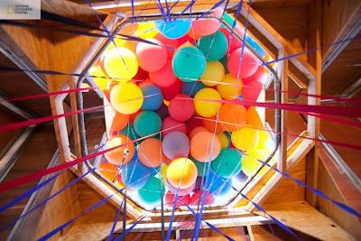 proyecto de national geographic y la casa con los globos de colores