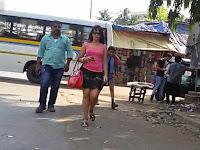 Berjalan 10 Jam dengan Pakaian Seksi, Wanita Ini Dicuekkan