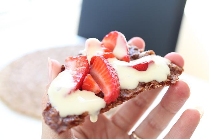 kaurakeksi mansikoilla ja vaniljakastikkeella