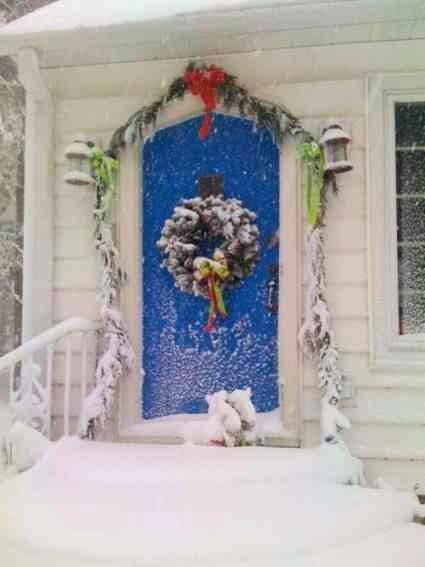Świąteczne drzwi ze stroikiem