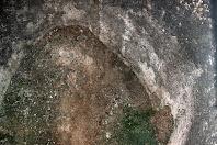 Interior de la poua de les Ferreries on s'aprecia la seva forma ovalada i l'obertura, feta posteriorment, per accedir-hi a la banda dreta de la imatge
