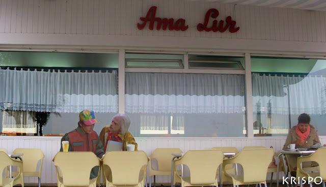 Marty McFly y Doc sentados en la cafetería Ama Lur de Hondarribia