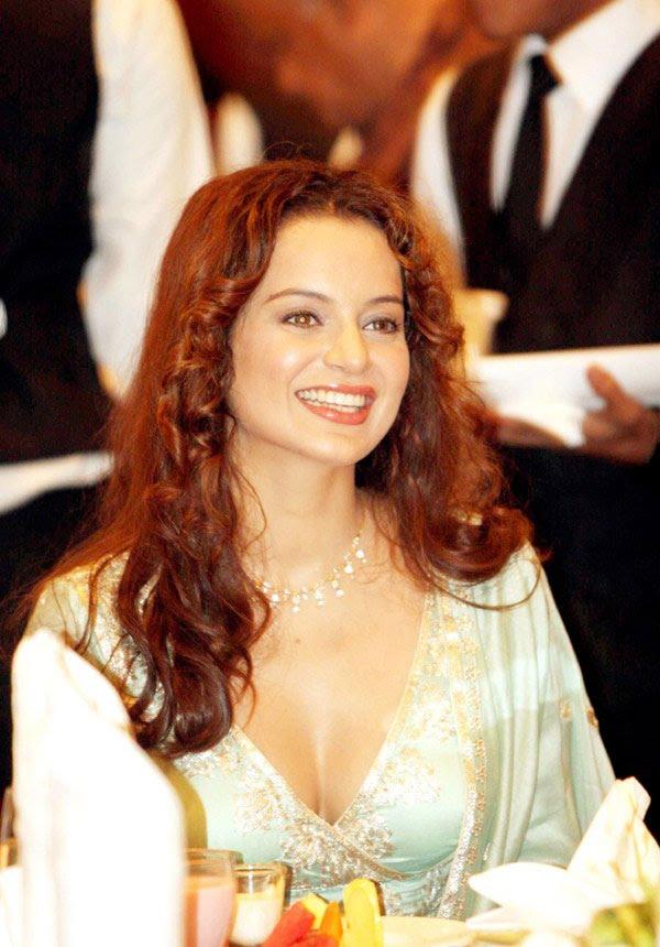 http://3.bp.blogspot.com/-iW9-GC9Wuks/TfoMhTMx4lI/AAAAAAAAITw/7XXqEw04KGg/s1600/kangna-ranaut-knock-out-launch-08-0010_indian%2Bmasala_01indianmasala.blogspot.com.jpg